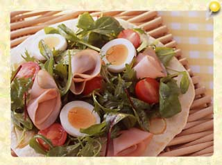 ハムとゆで卵サラダピザ