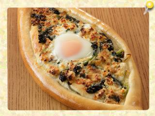 トルコ風ほうれん草と卵のピザ