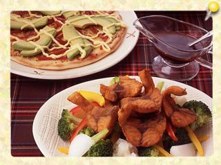 魚のから揚げと温野菜のサラダ/アボカドとサラミのピザ