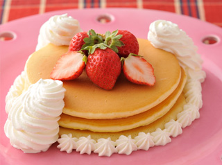 絶品 ホットケーキ (ホイップクリームといちご添え)